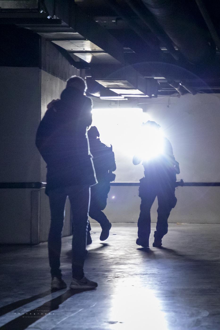 Aktionsstyrken (AKS) møder et gidsel, som søger hjælp, mens de sikrer området.