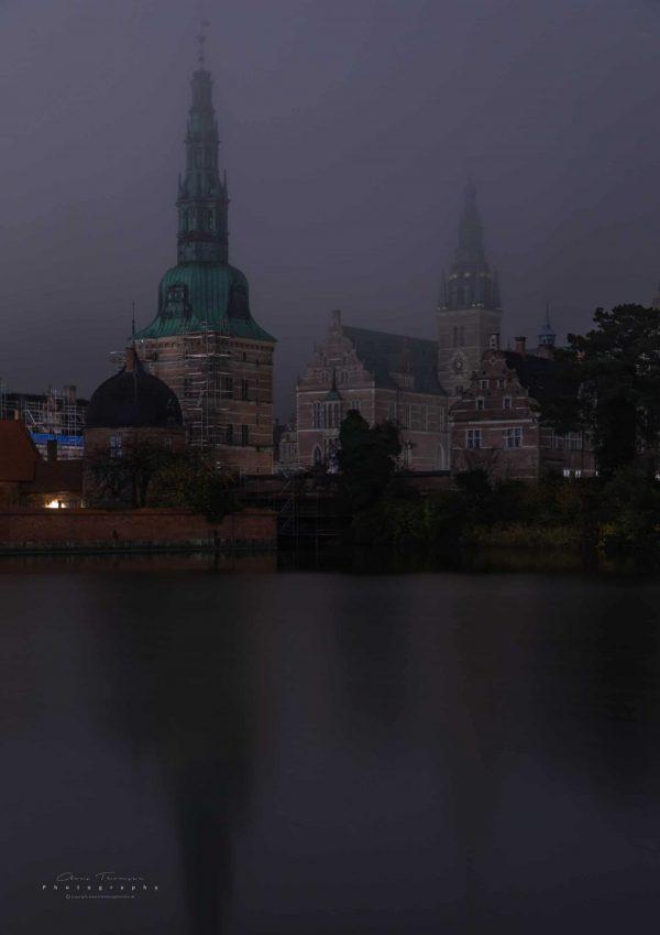 Langtidseksponeret fotografi af Frederiksborg Slot indhyllet i tåge.