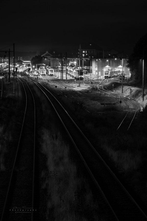 Langtidseksponeret fotografi af Lokalbanens remise, i Hillerød, fotograferet efter midnat.
