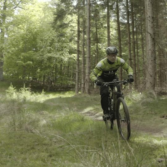 SponZ MTB rytter i skoven.