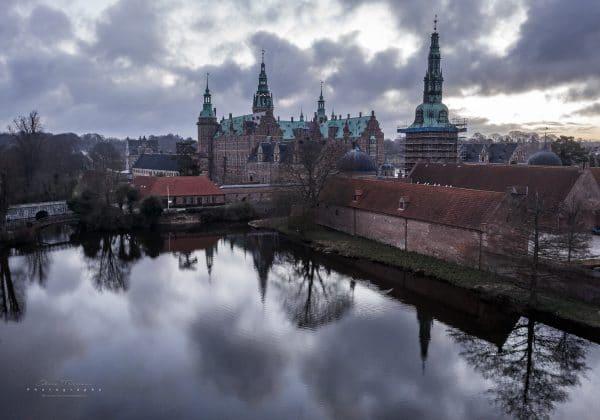 Frederiksborg Slot indfanget i morgengryets lys