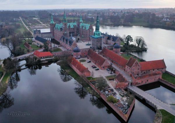 Luftfotografi af Frederiksborg Slot i Hillerød.