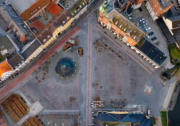 Torvet i Hillerød med adgang til hhv. Slotsgade og Helsingørsgade.