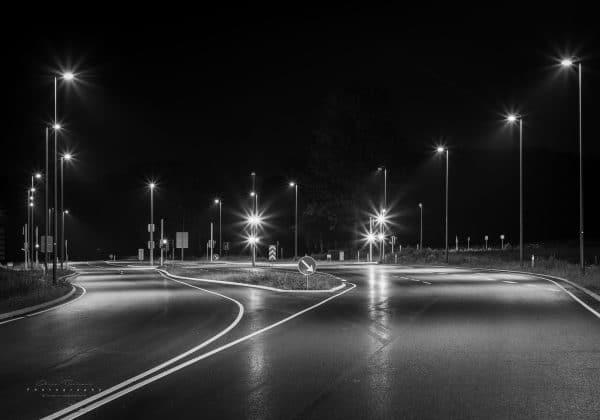 Ud af mørket kom de første lys til syne og da jeg kom nærmere viste der sig at være en lyskurv. Den mørke vej kaldte forude.