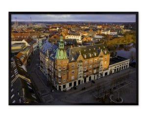 Bygningen er fra 1908 og er en markant bygning i Hillerød centrum.