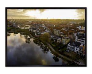 Dronefotografi af Hillerød centrum med Slotssøen i forgrunden.