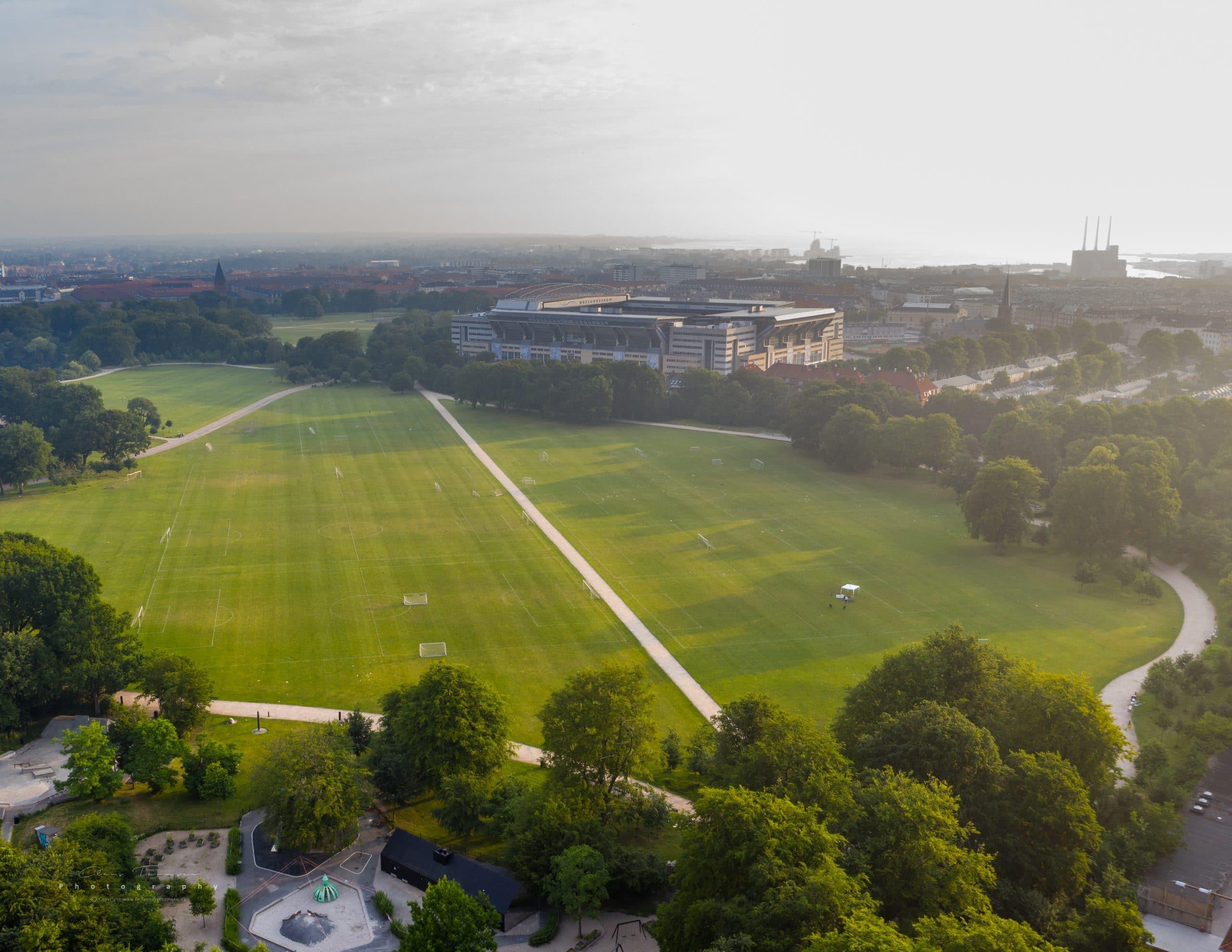 Dronefotografi af Fælledparken med Parken i baggrunden.
