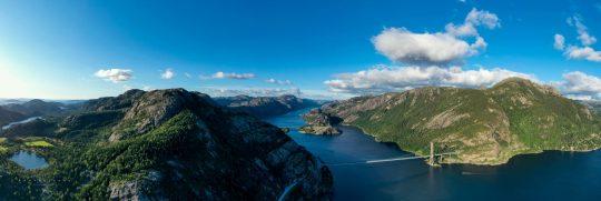 Luftfotografi af indsejlingen til Lysefjorden i Norge