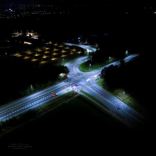 Langtidseksponeret fotografi af krydset ude ved Hillerød Forsyning og vejen ind mod Hillerød Centrum.